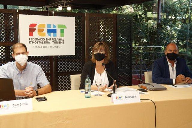 Pla general de la roda de premsa de la FEHT, amb la presidenta al centre, Berta Cabré, acompanyada dels vicepresidents Quim Cristià i Xavier Guardià, en un hotel de Salou. Imatge del 24 de setembre del 2020. (Horitzontal)