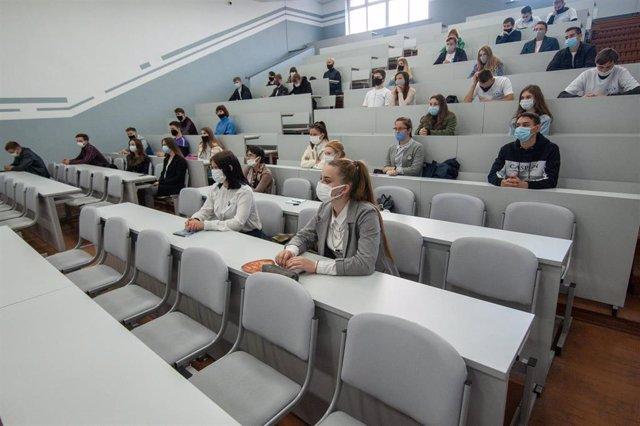 Estudiantes de instituto con mascarilla en un seminario en Tambov