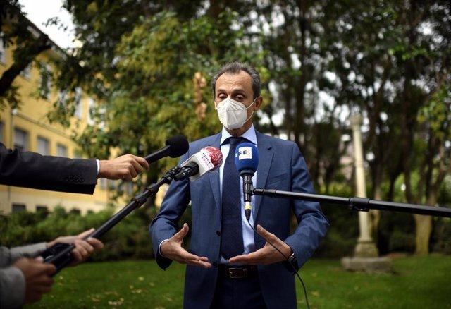 El ministro de Ciencia e Innovación, Pedro Duque, ofrece declaraciones a los medios de comunicación durantes su visita al Centro Nacional de Epidemiología, en Madrid (España), a 23 de septiembre de 2020.