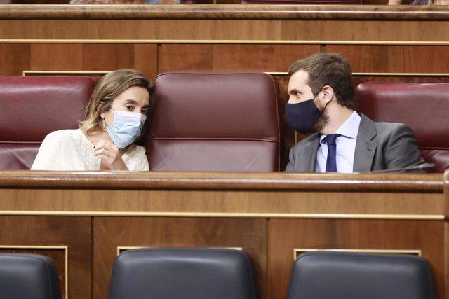 Los diputados del PP Cuca Gamarra y Pablo Casado sentados en sus escaños durante una sesión de control al Gobierno en el Congreso. En Madrid (España), a 23 de septiembre de 2020.