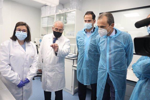 El vicepresidente de la Comunidad de Madrid, Ignacio Aguado, y el ministro de Ciencia e Innovación, Pedro Duque, durante la visita a las instalaciones de una nueva factoría de ALGENEX en Tres Cantos