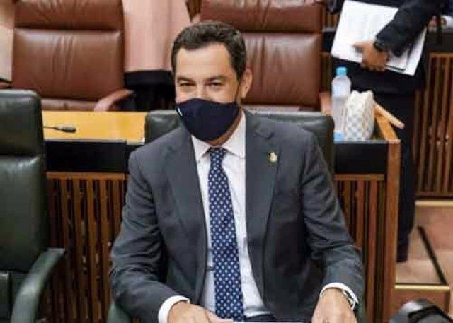 El presidente de la Junta de Andalucía, Juanma Moreno, este jueves en su escaño del Parlamento.