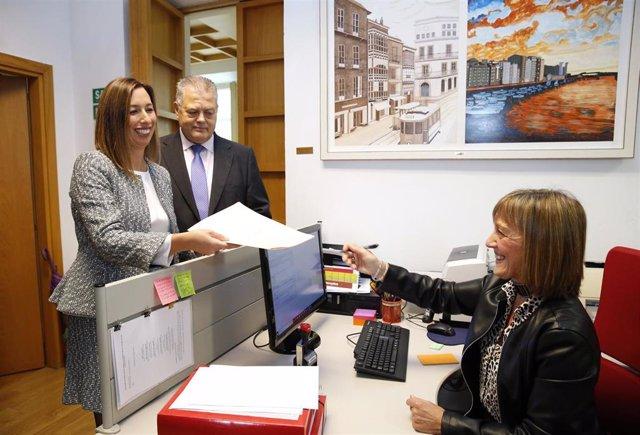 La consejera de Economía y Hacienda, María Sánchez, registra los Presupuestos de Cantabria para 2020. Archivo