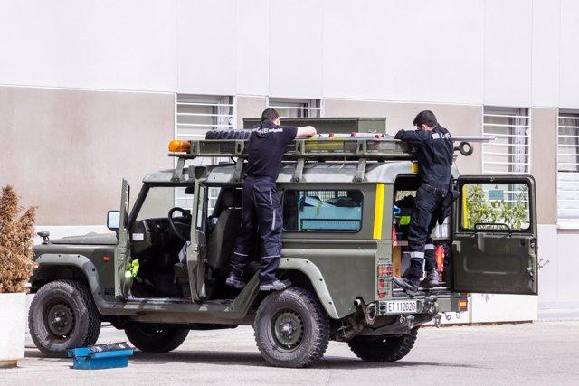 Dos militares de la Unidad Militar de Emergencias (UME) realizan tareas de mantenimiento en el Cuartel General de la Unidad Militar de Emergencias.