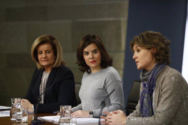 Fátima Báñez e Isabel García Tejerina, a ambos lados de la exvicepresidenta Soraya Sáez de Santamaría, en rueda de prensa tras un Consejo de Ministros durante el Gobierno de Rajoy