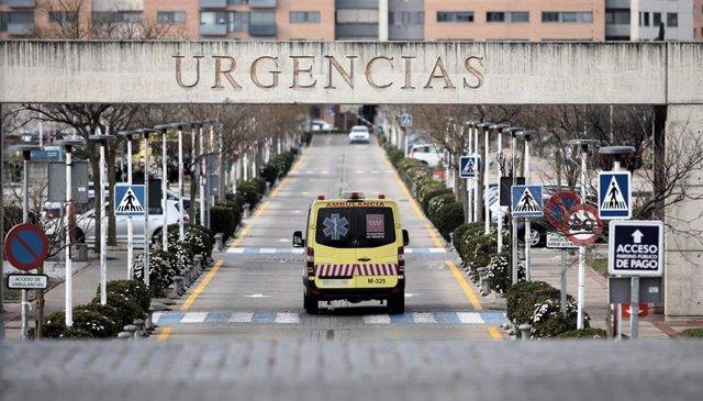 Una ambulancia atraviesa la puerta exterior de Urgencias del Hospital Universitario Fundación Alcorcón