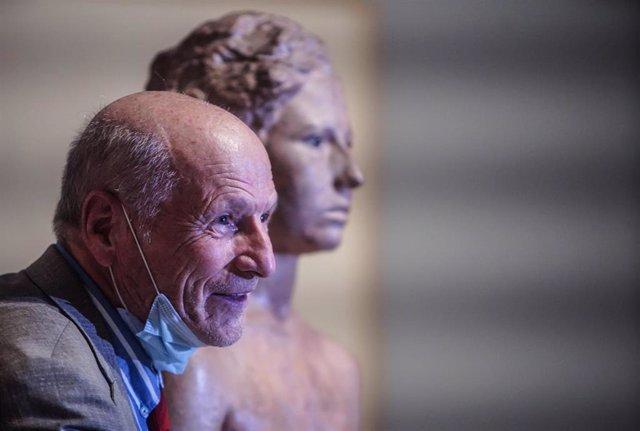El pintor y escultor, Antonio López, posa al lado de una de sus obras de la exposición 'Antonio López' inaugurada durante el día de hoy en la Fundación Bancaja, en Valencia, Comunidad Valenciana, (España), a 24 de septiembre de 2020. Con esta exposición b