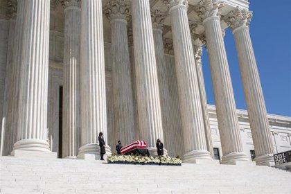 Abucheos a Trump en su visita al Tribunal Supremo para mostrar sus respetos a Ginsburg
