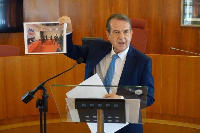 El alcalde de Vigo, Abel Caballero, durante una rueda de prensa, muestra una foto de los representantes del PP abandonando la asamblea constituyente del Área Metropolitana.