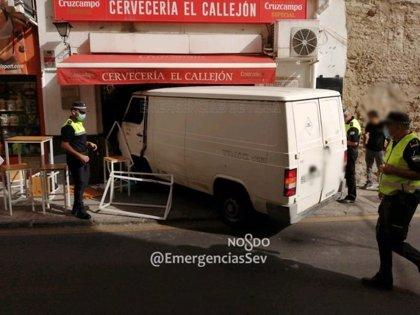 Una furgoneta se empotra contra un bar junto a Puerta Osario, en Sevilla, tras perder el control