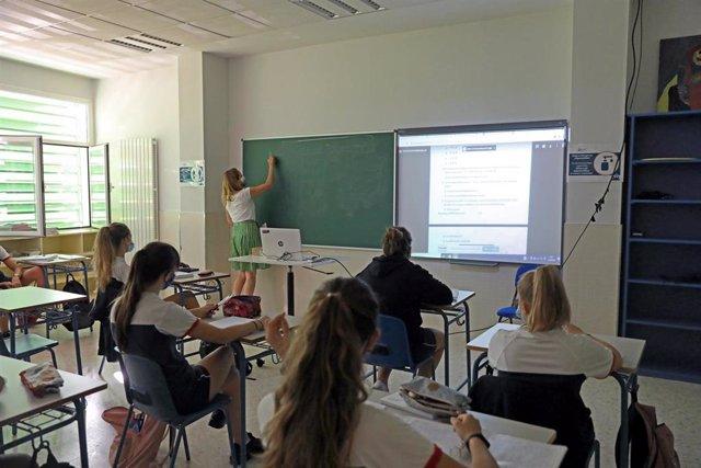 Alumnos atienden durante una clase con medidas por el Covid, en una imagen de archivo.