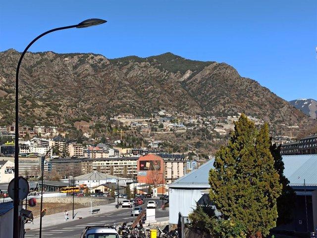 Vista del centre d'Andorra la Vella des de la zona industrial d'Encorcers.