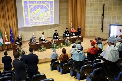 La UPO abre su nuevo curso con llamamiento a la cooperación y el recuerdo de Gómez-Skármeta