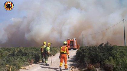 Un incendio en Buñol obliga a desalojar varios chalés en la partida de La Cabrera