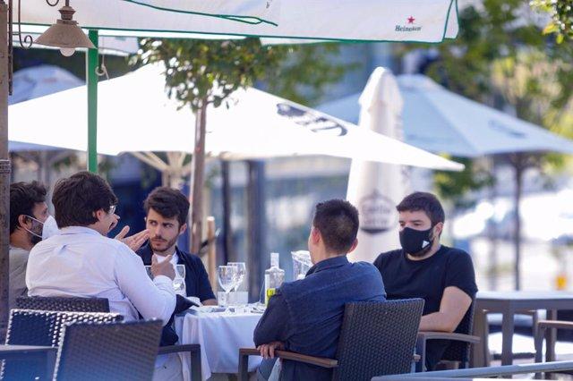 Clients en una terrassa d'un bar, a Madrid (Espanya), a 7 de setembre de 2020.
