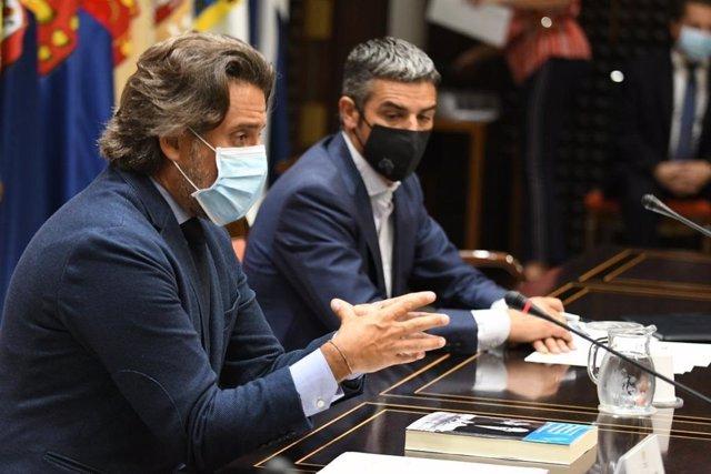 El presidente del Parlamento de Canarias, Gustavo Matos, junto al diputado Narvay Quintero (CC-AHI) en un foro europeo