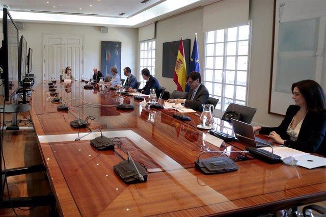 El presidente del gobierno, Pedro Sánchez (2i), se reúne con los miembros del Comité Científico-Técnico Covid-19 para conocer las conclusiones del Estudio Nacional de sero-epidemiología, en Madrid (España), a 6 de julio de 2020.