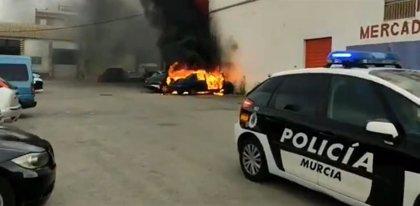 Arden tres vehículos estacionados junto a un supermercado en El Palmar (Murcia)