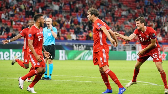 Javi Martínez celebra con Müller y Tolisso su gol en la final de la Supercopa de Europa