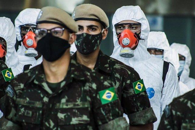 Un grupo de soldados del Ejército de Brasil durante las labores de desinfección del Aeropuerto Internacional de Sao Paulo.