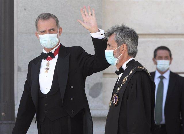 Acompañado del presidente del Tribunal Supremo y del Consejo General del Poder Judicial (CGPJ), Carlos Lesmes (d), el Rey Felipe VI, saluda a su llegada al Palacio de Justicia, en Madrid (España), a 7 de septiembre de 2020. (ARCHIVO)