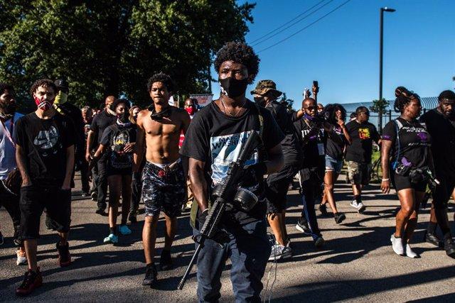 AMP.-EEUU.-Manifestantes de Louisville salen a las calles por segunda noche para