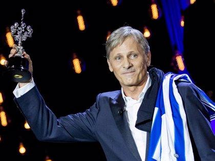 Viggo Mortensen recibe, emocionado, el Premio Donostia en el Festival de Cine de San Sebastián