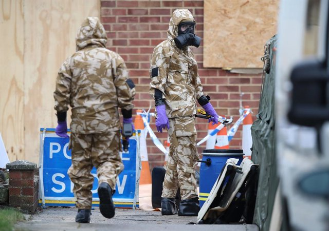 Militars amb vestit protector on va ser enverinat l'exespia Serguei Skripal a Salisbury (Regne Unit)