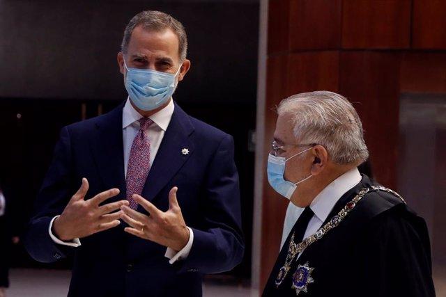 El president del Tribunal Constitucional, Juan José González Rivas i el rei Felip VI.
