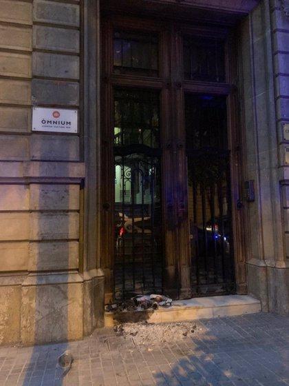 Òmnium Cultural denuncia davant els Mossos un altre atac a la porta de la seva seu a Barcelona