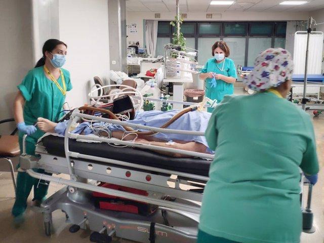 Sanitarias del Hospital Reina Sofía de Córdoba atienden a un paciente con Covid.