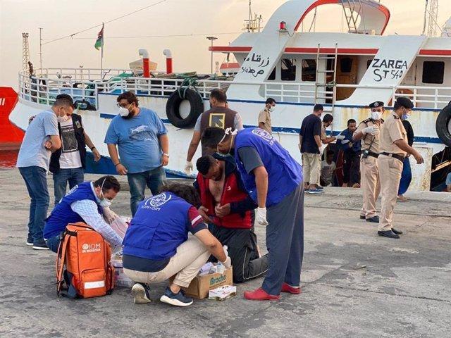Atención a supervivientes de un naufragio en Libia