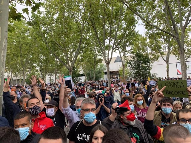 Movilizaciones frente a la Asamblea de Madrid contra las nuevas restricciones para hacer frente a la pandemia del Covid-19