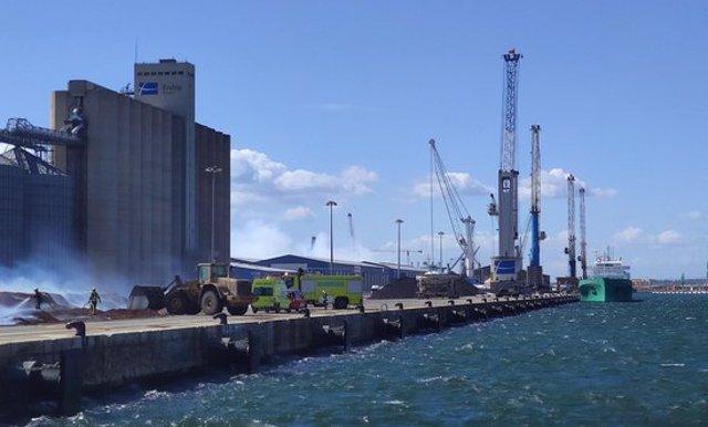 Pla general de l'incendi d'unes piles de biomassa al Port de Tarragona, entre el moll d'Aragó i el de Navarra. Imatge del 25 de setembre del 2020. (Horitzontal)