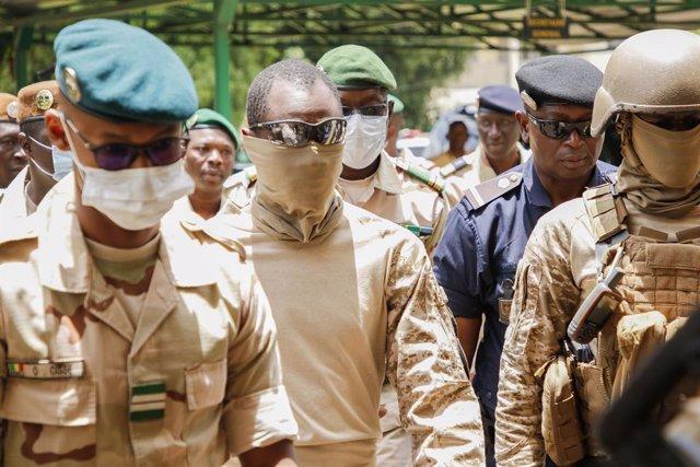 Malí.- El presidente y el vicepresidente de transición de Malí juran sus cargos