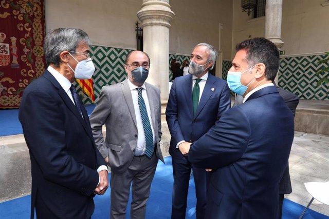 El presidente del TSJA, José Manuel Bellido, conversa con el fiscal superior, José María Rivera, el presidente de Aragón, Javier Lambán, y el alcalde de Zaragoza, Jorge Azcón.