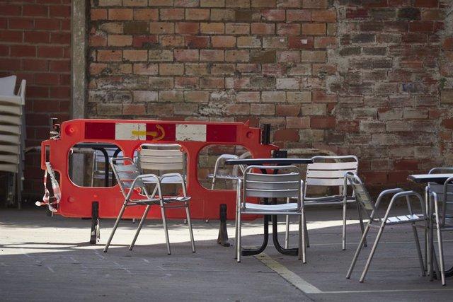 Terraza vacía de un bar de la localidad de Peralta, en Peralta, Navarra (España)