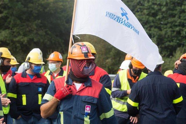 Trabajadores de Alcoa San Cibrao se manifiestan y cortan la Autopista A6 quemando neumáticos, en Outeiro de Rei, Lugo.