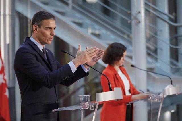 El presidente del Gobierno, Pedro Sánchez, y la presidenta de la Comunidad de Madrid, Isabel Díaz Ayuso, ofrecen una rueda de prensa tras su reunión en la sede de la Presidencia regional, en Madrid (España), a 21 de septiembre de 2020.