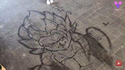 El artista Genta Horikawa hace arte callejero usando agua a presión