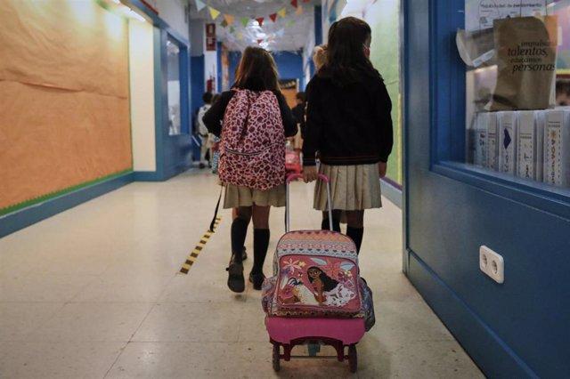 Niños en el hall de un colegio, en Madrid (España) a 7 de septiembre de 2020.