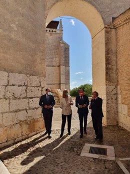 Llanos Castellanos y Javier Ortega entre el alcalde de Tordesillas y el subdelegafo del Gbno.