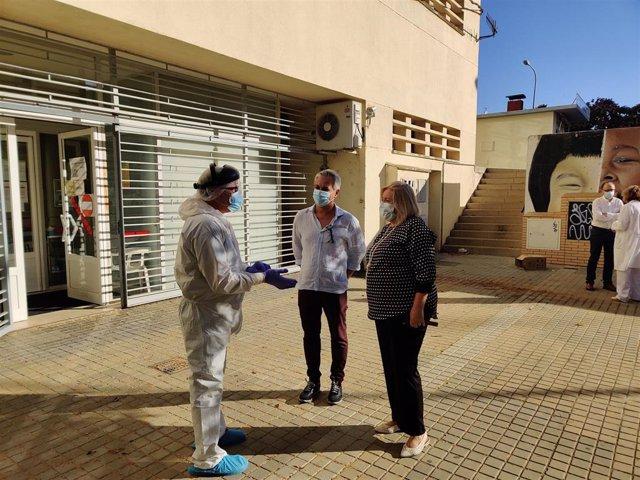 La delegada de Salud y Familias de la Junta en Huelva, Manuela Caro, en el centro de salud de Adoratrices en Huelva.