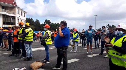 Trabajadores de Alcoa cortan el tráfico encadenándose en Cervo a dos días del tope para negociar la venta