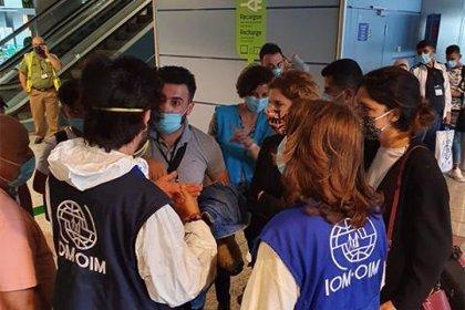 Unos 140 refugiados sirios, 53 de ellos niños, llegan a Madrid para su reasentamiento en España