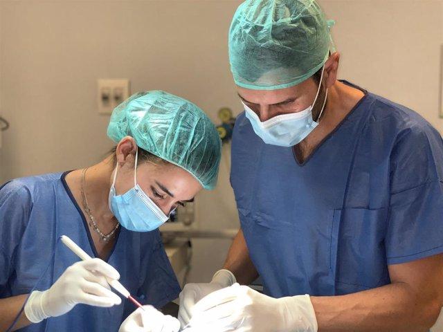 Los doctores Teresa Ojeda y Alfonso Ruiz, en un quirófano