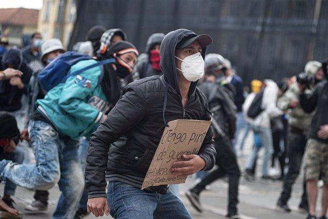 Colombia.- Manifestantes dan una paliza a un agente durante una protesta por la