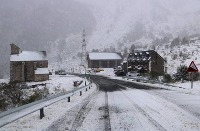 Panoràmica del refugi i la Mare de Déu de les Ares, a Alt Àneu, ben nevats el 25 de setembre del 20 20. La carretera està bruta de neu.(horitzontal)