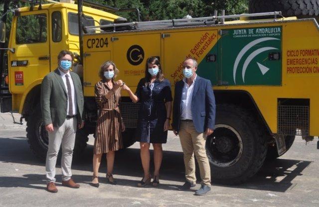 Las delegadas de Educación y Agricultura de la Junta, Inmaculada Troncoso (izda.) y Araceli Cabello, en la entrega del camión autobomba al IES Galileo Galilei