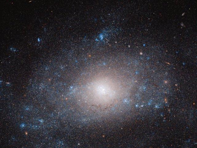 """El telescopio Hubble observa una galaxia en el """"lado oscuro"""""""
